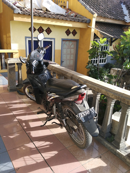 チェモロラワン宿 バイク