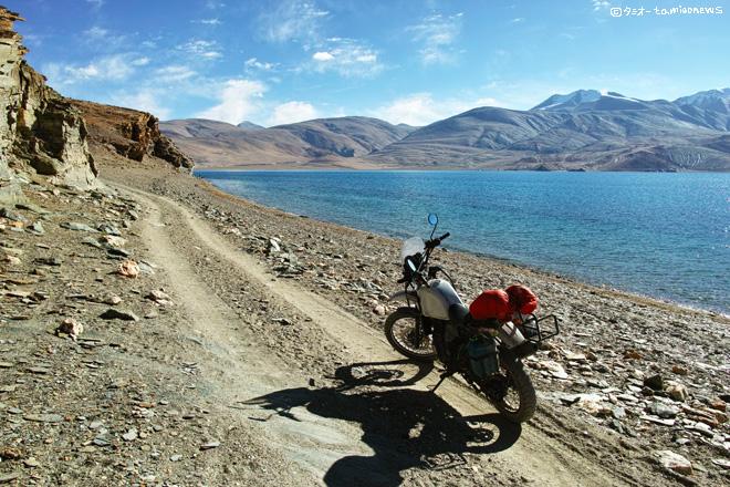 ツォ・モリリとバイク 湖面